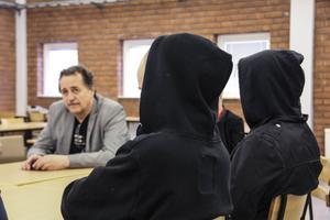 EU-parlamentarikern Jens Nilsson pratade med ungdomar på Staffangymnasiet. De tänker rösta, men har inte bestämt sig för hur.