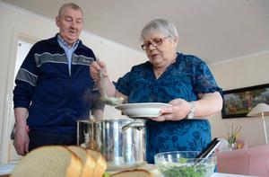 En tallrik med soppa. Willis Gustafsson serveras soppa av Helena Ylitalo.