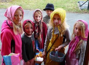 På Skärtorsdagen fick vi besök av dessa gulliga påskkärringar och påskgubbe på Haga i Västerås.