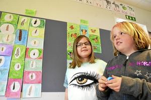 Tilda Fallkvist och Elin Sjöberg på Ekbackens skola i Fellingsbro har lärt sig mycket om fjärilar sedan dess att klassen hade fem stycken som de följde från larvstadiet i en bur i klassrummet.