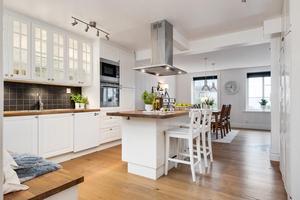 Köket är i lantlig stil. Foto: Länsförsäkringar fastighetsförmedling