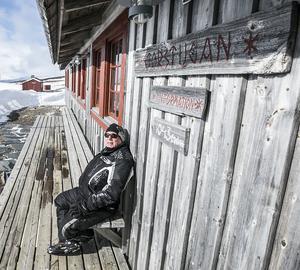 Jonas Åkerman njuter av solen på Helags fjällstation