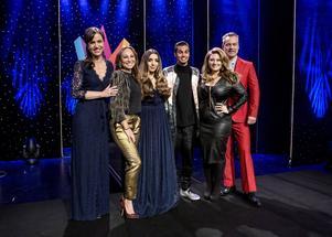 Gina Dirawi tillsammans med några av sina programledarkollegor i årets upplaga av Melodifestivalen – Petra Mede, Charlotte Perrelli, William Spetz, Sarah Dawn Finer och Henrik Schyffert.