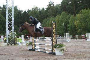Silje Forssén på ridskolehästen Norrhaga Asta.