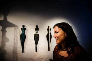 Maria Luksepp har rest runt jorden och hämtat inspiration till sin keramik från naturfolk på olika kontinenter; aboriginer, indianer och afrikaner. Foto: Robert Henriksson