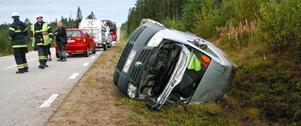 Bilen hamnade ordentligt demolerad i diket efter att ha voltat flera varv.