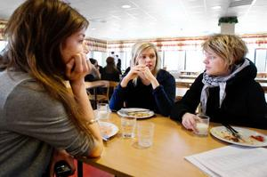 Caroline Dübbel, Fanny Abrahamsson och Ida Arnstål går samhällsprogrammet.– Jag skulle gärna äta mer fisk, säger Caroline Dübbel.Fanny Abrahamsson håller inte med, men hon tycker att skolmaten har blivit bättre.–Det är mer variation nu än förut.