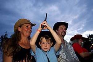 Foto: TERESE PERMAN Hands up! Kim Börjesson är den nya sheriffen i stan. Tillsammans med mamma Margreth Gustavsson och pappa Mikael Börjesson har han rest från Borlänge till Furuvik för att skapa lite ordning bland alla cowboys.