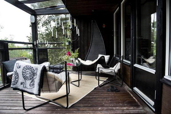 Huset har flera härliga terrasser. De stålrörskonstruerade utemöblerna är från Ikeas 1980-talsserie Järpenav formgivaren Niels Gammelgaard.