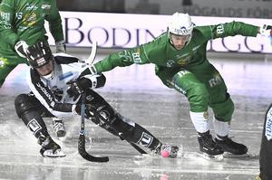 Sandvikens Daniel Berlin mot Hammarbys Christoffer Fagerström kampar om bollen i den sjö som Zinkensdamm förvandlades till.