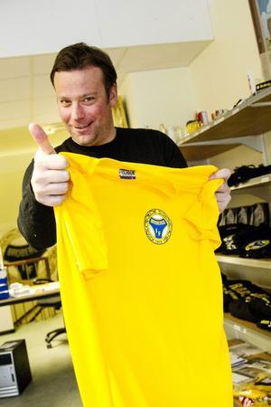 Du, håll på Broberg! - tycker tränare Svenne Olsson. Brobergs kansli är fylld med gulsvarta prylar som ligger och väntar.