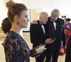 Regissören Hannes Holm fick en kram av Rolf Lassgård innan de lämnade hotellfoajén för att gå på Oscarsgalan. I förgrunden Hannes fru Malin.