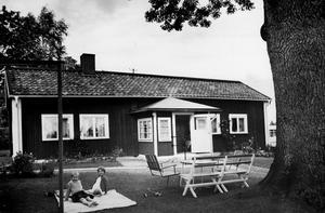 Susanne Sköld, vars morföräldrar bor i den gamla Västtunagården, tycker om att leka i trädgården tillsammans med kamraten Monica Elofsson.