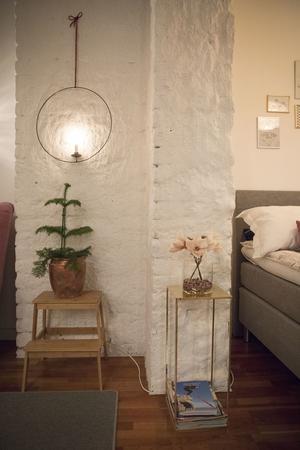Den murade skorstenen som går genom huset är målad vit.