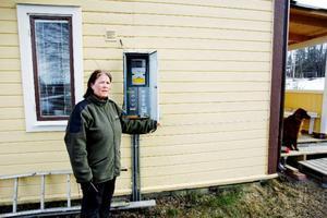 Hemma hos Monica Byström snurrade elmätaren som vanligt och skickade rätt värden till Jämtkraft. Felet låg i den terminal som tog emot informationen. Ett fel som kostar henne 20 000 kronor trots att misstaget ligger hos Jämtkraft.