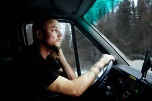 Sundsvalls-Sven från Ammer stannar till sin lastbil inför våra stelfrusna fötter. Sven Lundman kör i snitt 60 mil om dagen i sitt jobb inom IT-logistik-branschen. Det innebär att man hämtar och lämnar teknikprylar som slutat fungera och lagar dem, bland annat.– Jag har aldrig stått med tummen, så att säga. Jag har aldrig behövt lifta, tillägger han. Foto: Henrik Evertsson