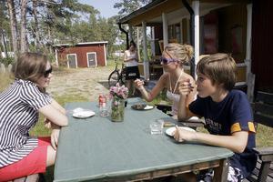 Anna Mellgren, Carolina Wikström och Carl Wikström från Uppsala och Stockholm uppskattar att det öppnats ett café i Hårte. – Det är bra att det blir lite mer liv i den här stan, säger Anna Mellgren.