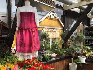En sagoklänning med inspiration från rosenträdgården -