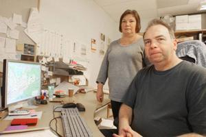 Lantmätarna Inger Olsson och Bengt Olsson i Sveg åker många mil varje år i olika markärenden. Om kontoret stänger blir det ännu längre resor.