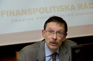 Lars Calmfors, professor i nationalekonomi och ordförande i regeringens finanspolitiska råd, kallar förändringarna av arbetslöshetsförsäkringen för ett fundamentalt konstruktionsfel. Det blev ingen press nedåt på lönerna i utsatta branscher, i stället en nedmontering av en viktig del i den svenska modellen.
