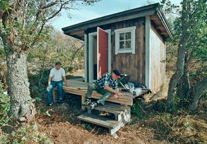 Frivilliga krafter från Roslagens naturskyddsförening jobbade i slutet av 1990-talet med att rusta bastubyggnaden på Kläppen. Nu är frågan: Vem äger byggnaden?