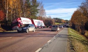 Olyckan skedde strax innan 14-tiden och polisen spärrade av E14 i båda riktningarna.
