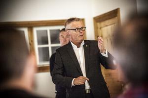 Landshövding Jöran Hägglund på möte med markägare i Almåsa 30 augusti, Krokoms kommun.