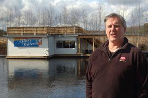 Jan-Erik Sys fick tidsbegränsat bygglov för Glassbåten i sommar. Det får han även nästa sommar, enligt byggnadsnämndens beredning.