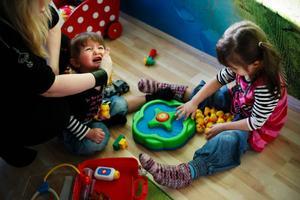Det är bråk om ankspelet i barnrummet.– Jag försöker vara metodisk, skriker alla hjälper det inte att få panik utan jag måste börja någonstans, säger Susanne Bostrand.