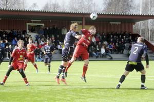 Jonas Jakobsson tog kampen i luften. Och Edsbyns starke topp gjorde också säsongens första mål på Ön. Men det räckte inte mot tippade topplaget Huge.