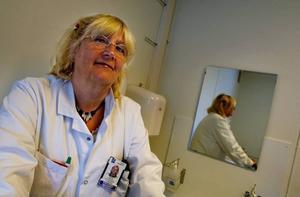 """Karin Schenck-Gustafsson, chef för Centrum för genusmedicin vid Karolinska Institutet, kallar bortgallringen av kvinnor i medicinska studier för """"dumsnålhet""""."""