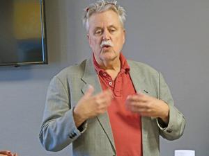 Lasse Ekstrand, sociolog och samhällsdebattör, tror på att låta människorna växa först, sedan kommer företagsamheten.