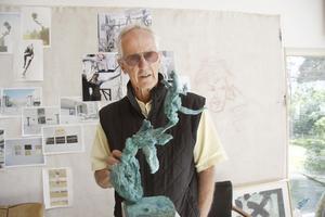 Kan bli kvitt gjuteriskulderna. 22-miljonersordern är välkommen för skulptören  Richard Brixel som sedan många år anlitar kinesiska gjuterier. Här i sitt hem vid Hjälmaren utanför Arboga inför en utställning i somras.