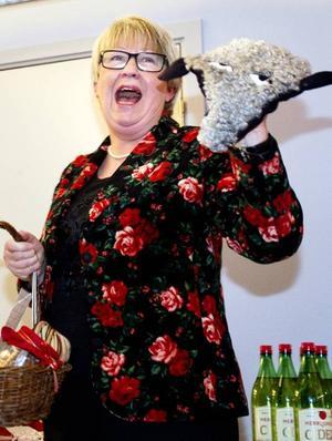 Tycker ni att jag är en fårskalle? undrar Ann-Margret Knapp när hon hittar sadelskyddet som hon fått från landstingets personalavdelning. Personaldirektören betygar dock att den bara är tänkt att uppmuntra till motion. Sadelskyddet hade sällskap av böcker, godis och en stickning till den nyblivna pensionären.