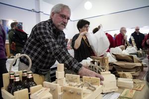 Per Karlsson slöjdar kubbspel och byggklossar och åker på ett tiotal marknader per år.