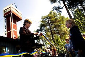 Första klippet! Invigningen vid Naturum i Siljansnäs innebar det första, men knappast det sista, blågula bandet som vår nya landshövding Maria Norrfalk fick sätta saxen i.