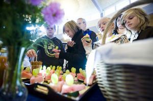 Förfriskningar med tilltugg hör till en vernissage. Så också när Nyhamrefyrorna hade vernissage med sin utställning av Bollnäs med omnejd.