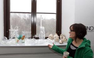 Glasklart med noppriga badbyxor. Marie Lindgrens glaskollektion har dyktema.Keramikansikten av Mari Jäderberg Vasdekis.