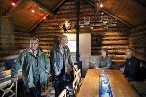 Oskar Segelberg, Ingrid Jonsson, Hans och Gun Trosell gillade vad de såg under det öppna huset i Rengsjö. Här passar de på att värma sig vid Bojäntans Ostbod.