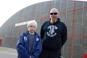 Emil, åtta år gammal vill träna hockey så mycket det går och han hoppades få träna skridskoåkning efter skolan redan nu, men kommunen har inget avtal för allmänhetens åkning förrän vecka 46 i Rättvik Arena.