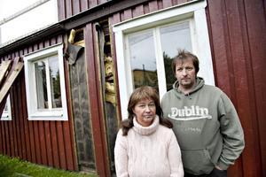 Ann-Christin och Mats Larsson och deras fyra barn kan inte längre bo i huset de köpte för drygt ett år sedan.