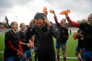 Hjärnan bakom förvandlingen. Tränaren Rickard Nilsson vattnas efter säsongens sista match hemma mot Eskilstuna United.