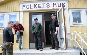 Viktig punkt. Arbetet och gemenskapen kring Folkets hus stärker det lilla samhället tror Leif Nilsson, Ingemar Liss, Bengt Papmehl-Dufay och Birger Fredriksson. En lokal som redan är fylld med aktiviteter flera dagar i veckan.