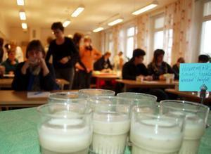 I pausen mellan föreläsningarna fick hälsoinspiratörerna smaka på hälsodrink.  Foto: Carin Selldén