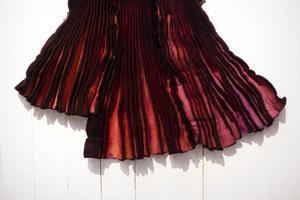 Rotad. Färgad plisserad filt av Kerstin Lindström.