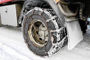 Att bussar nuförtiden inte klarar av halkan beror dels på dåliga däck och att dels på de inte utrustas med snökedjor, tror Björn Nilsson.