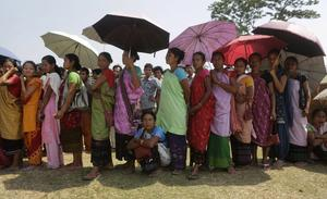 Rösten är viktig. En lång kö av kvinnor i det indiska valet, som pågår i flera veckor.