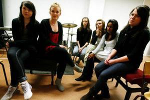 Tjejerna i klass ESMK07 samtalar om musikens betydelse. Från vänster: Maria Henriksson, Frida Norberg, Ellen Kristiansson, Frida Henriksson, Therese Nilsson, och Josefine EllingssonFoto: Henrik Flygare