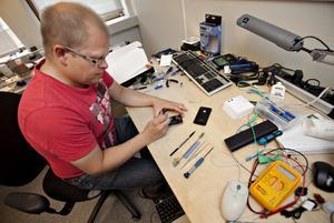 Flera delar saknades när Peter Holm öppnade den trasiga telefonen som lämnats in. Trots att den såldes som fabriksny till kunden bara tre månader tidigare.