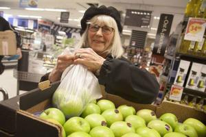 Astrid Wikner, 84 år äter mycket frukt och känner till att det är bra att skölja munnen med vatten efter att hon ätit äpplen, detta för att minska frätskador på tänderna.